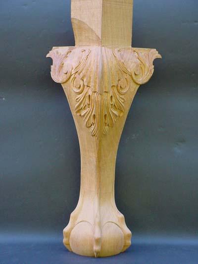 ソファーの脚です。マホガニーを使って彫ってあります。難しい物になるとこんな物も彫ります。